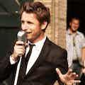 Gentle DJ zingend bruiloft.jpg