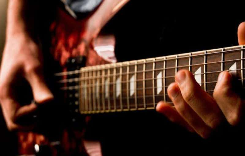 dj-met-gitarist-boeken-evenement-huwelijk-feest.jpg