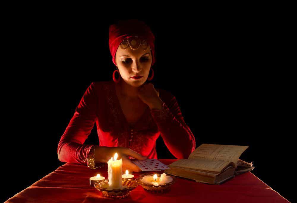 waarzegster-kaarsen-donker-rood