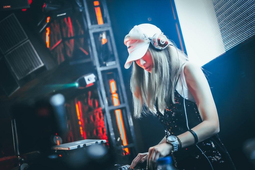 Vrouwelijke DJ boeken 1