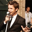 Gentle DJ zingend bruiloft