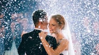 bruid bruidegom dans confet