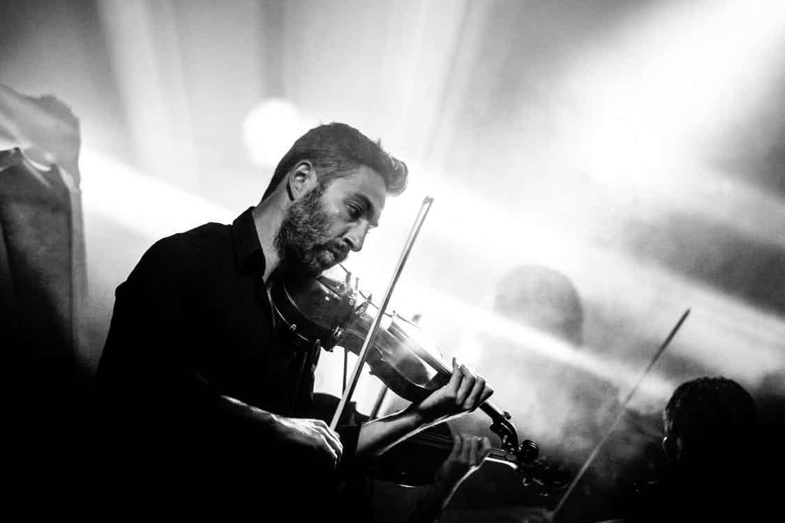 man-speelt-viool