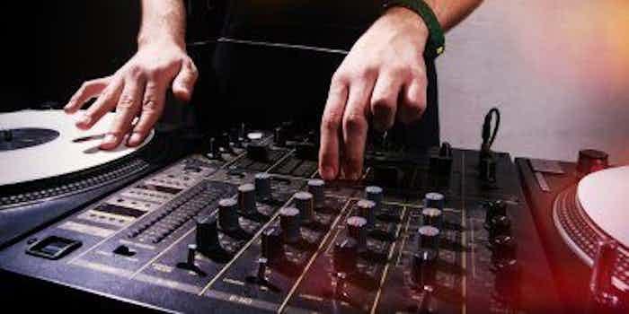 mixer-dj-rook-vrijgezellenfeest-geest-antilliaanse-feesten-feestjes-thema-receptie-fuif.jpg