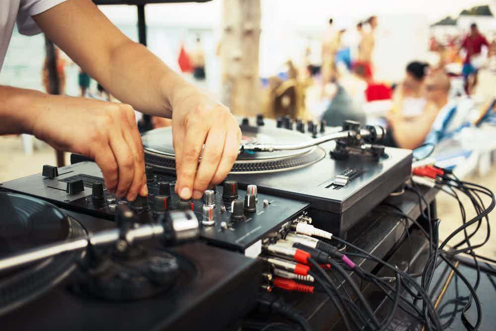 dj-mixer-draaitafel-strandfeest_0