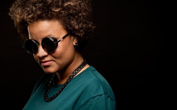 Female DJ voor uw feest.png