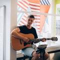 Zanger gitarist boeken personeelsfeest