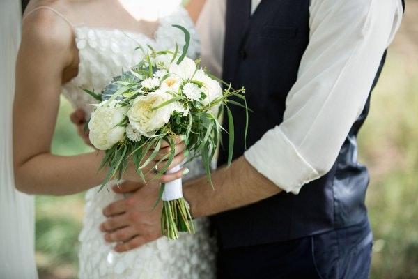 bruid-bruidegom-bloemen.jpg