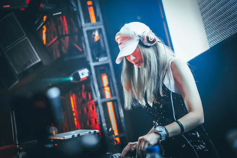 Vrouwelijke DJ boeken 1.jpg