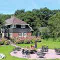 Hoofdfoto vooraanzicht met zonneterras Huize Koningsbosch.JPG