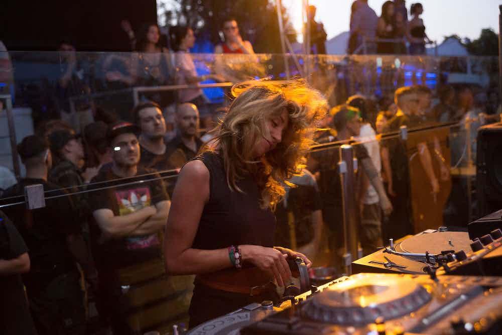 Vrouwelijke DJ boeken