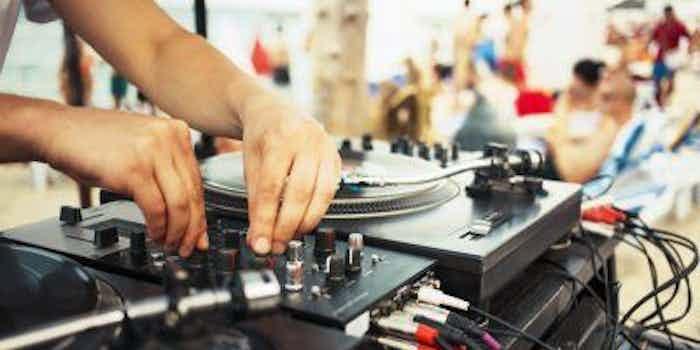 dj-mixer-draaitafel-strandfeest.jpg