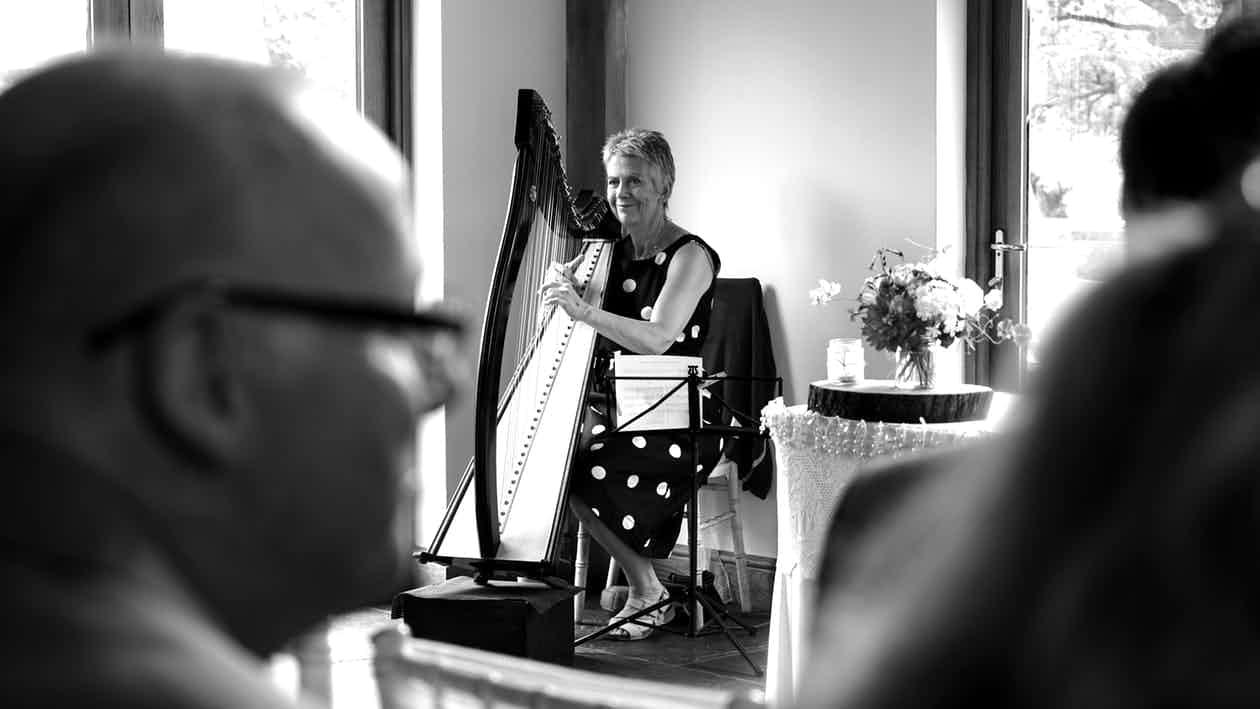 harpiste-zwart-wit